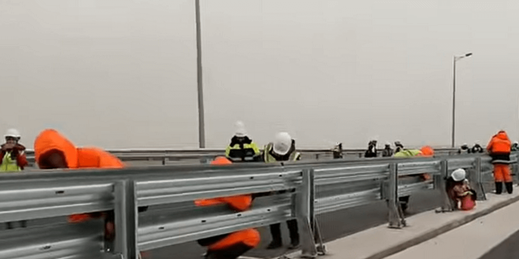 Установка барьерных ограждений на скоростных участках дорог.