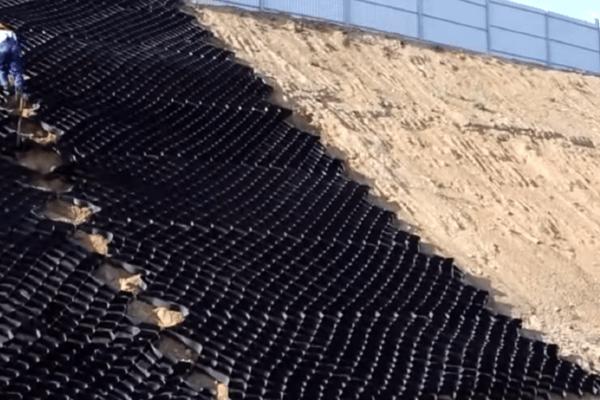 Укрепление дорожного склона георешеткой Прудон