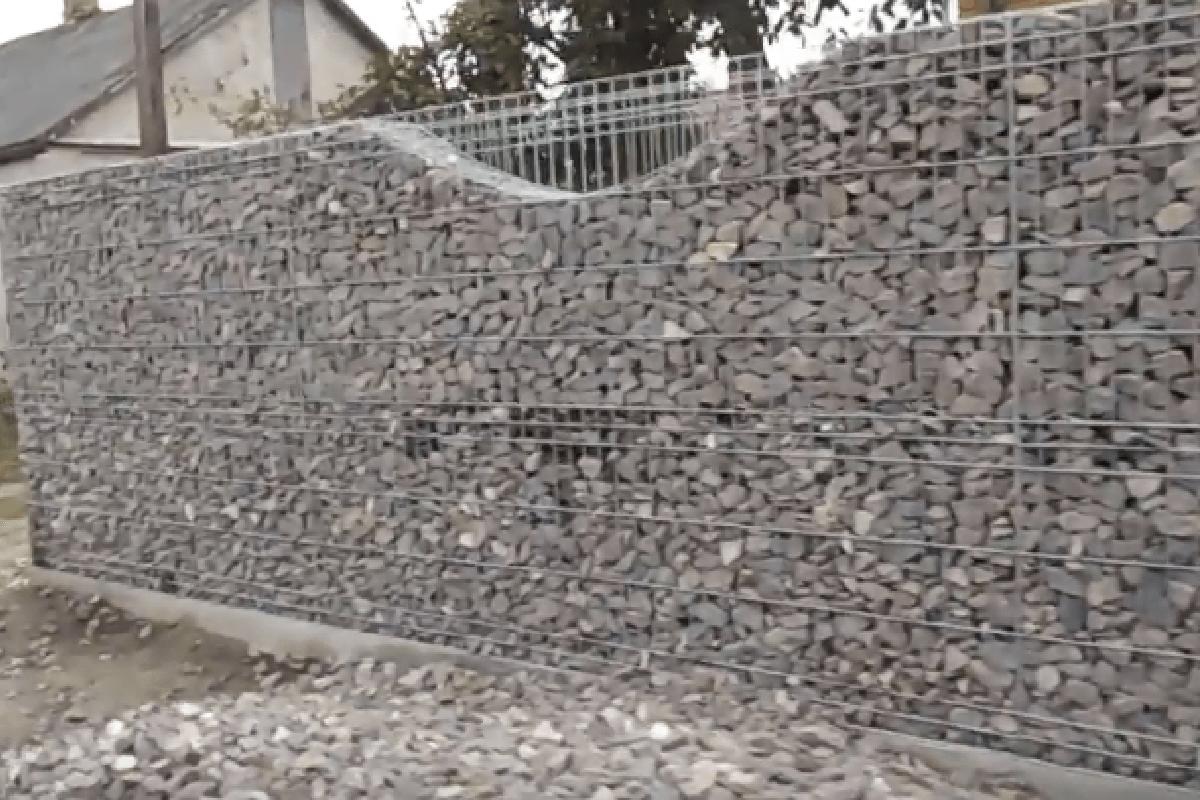 Забор из габионов с щебнем