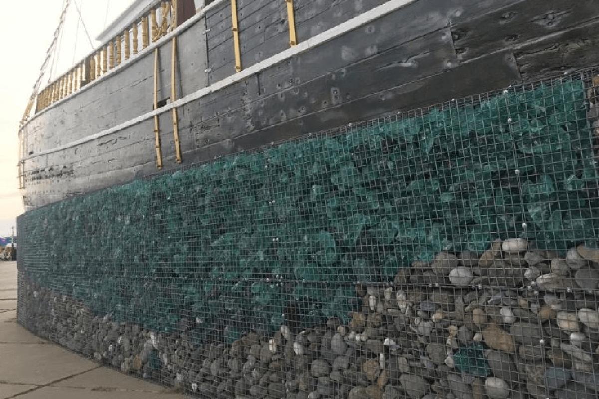Забор из габионов с стеклом и камнем