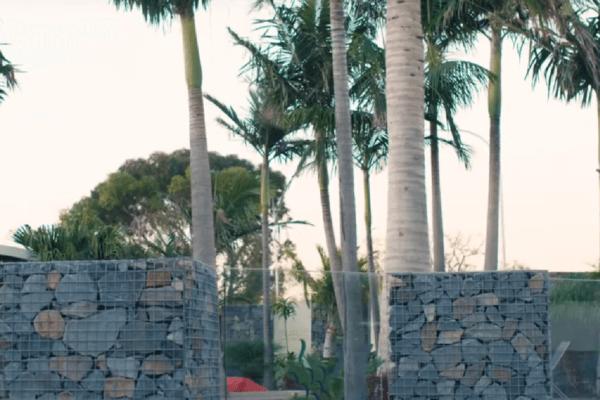 Забор из габионов в пальмах