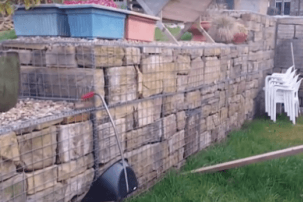 Забор из сварных габионов большой камень